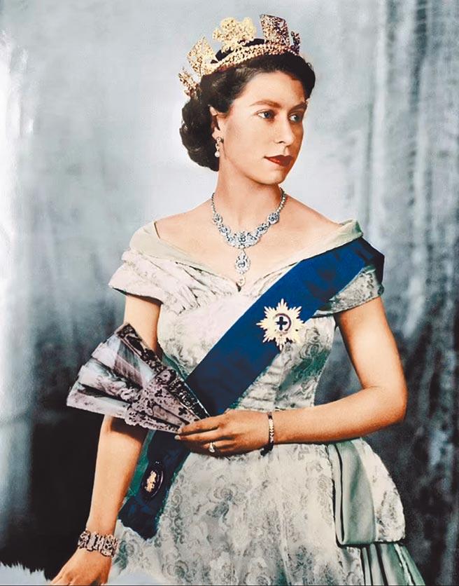 英國牛津大學瑪德林學院的學生組織,日前表決通過同意移除公共休息室內的英國女王伊莉莎白二世肖像,並指女王代表近代的殖民歷史。此事在英國國內引發許多人不滿。圖為英國女王肖像。(摘自英國白金漢宮官網)