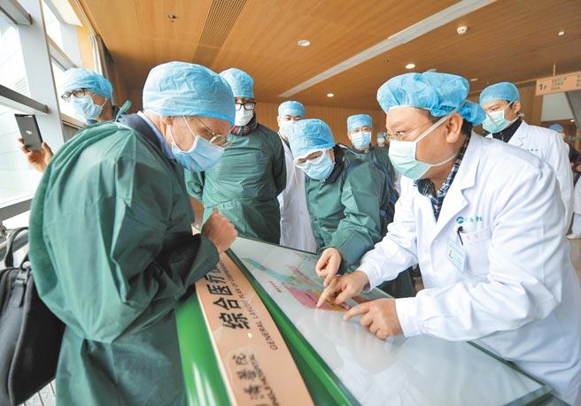外電報導,美方擬與歐盟共同表態,支持重新調查新冠病毒的起源。中國則強調,中國—世界衛生組織新冠肺炎聯合專家考察日前發布的報告,已強調新冠病毒不是來自實驗室。圖為世衛專家考察湖北的同濟醫院。(中新社)