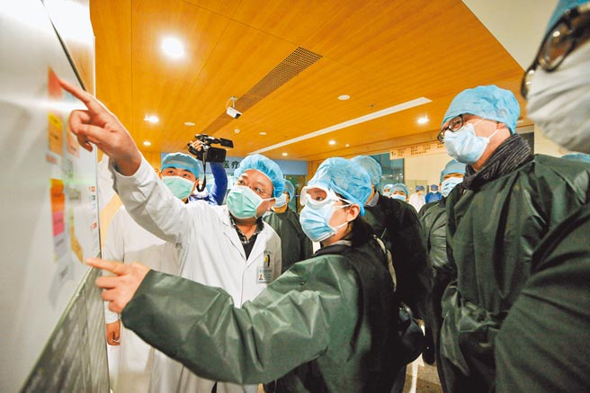 世衛組織(WHO)新冠病毒全球溯源研究(中國部分)報告8日出爐,表示向中國供應冷鏈產品的其他國家,已發現包裝和產品上有病毒證據,這表明向中國提供冷鏈產品的其他國家存在早期病例群。圖為世衛專家考察湖北的同濟醫院。(中新社)