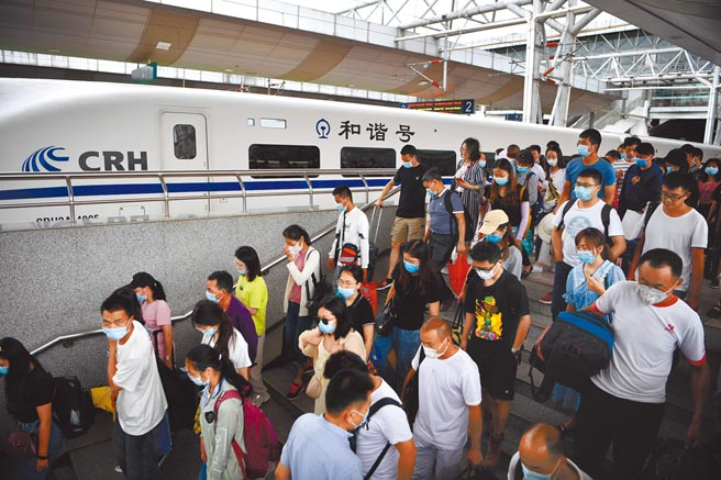 旅客抵達昆明火車站。(中新社)