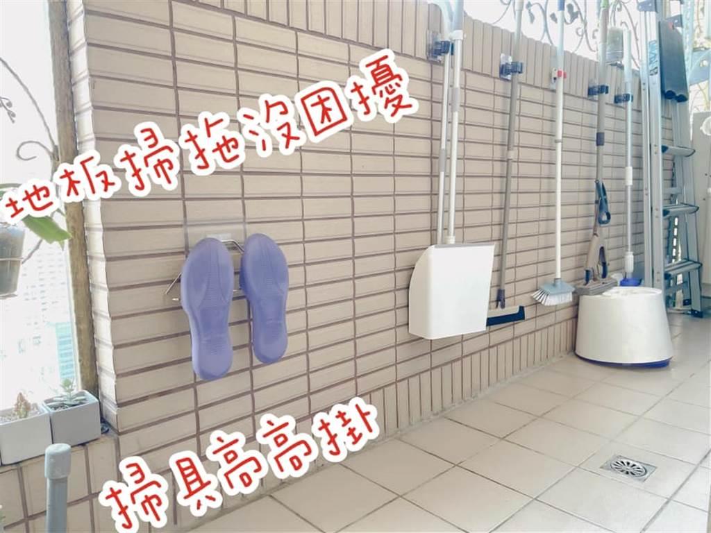 選擇可重複使用且靈活作收納規劃的不鏽鋼掛勾來吊掛鞋子,以及無痕粗牆壁貼掛放掃具,排排站的擺放,看起來井然有序,即使打掃陽台,也不會有所影響。(圖片提供/網友邱如禎)