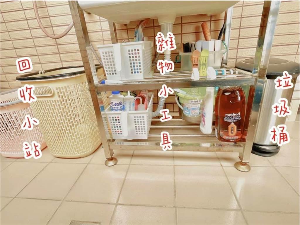簡易將水槽組裝鐵架,藉此增加收納置物的空間,搭配大容量洗衣藍,也方便居家作回收。(圖片提供/網友邱如禎)