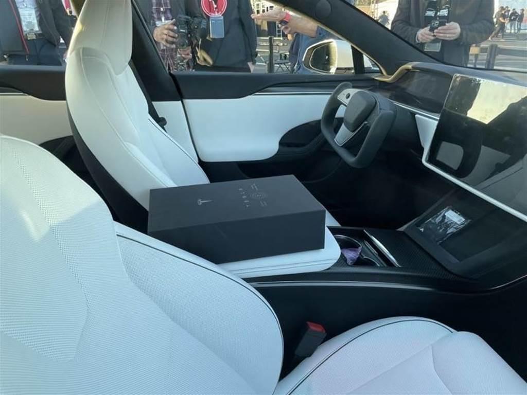 首批幸運車主可以同時把 Model S Plaid 和特斯拉龍舌蘭酒一起帶回家。
