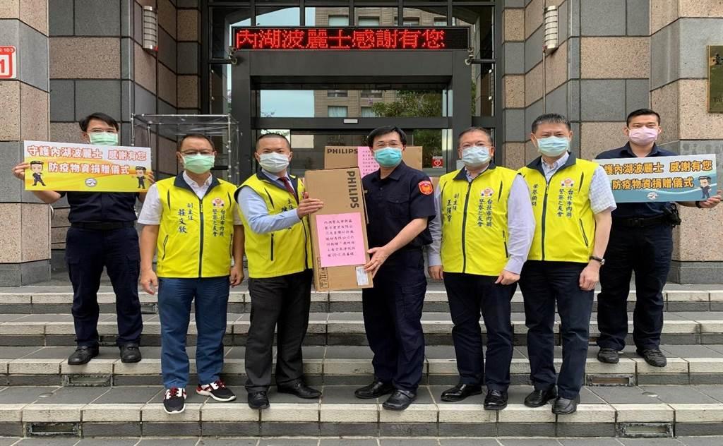 內湖分局長王寶章(右四)接受警友會陳主任啓宏(左三)等人捐贈的防疫物資。(翻攝照片/林郁平台北傳真)