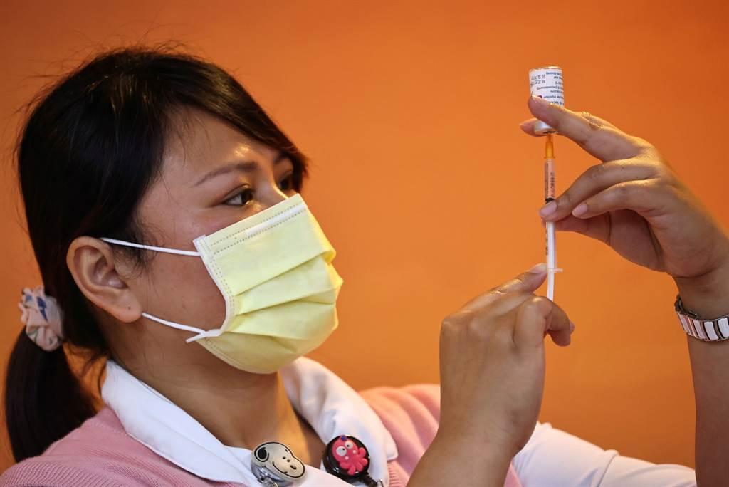 特權接種疫苗現象在一些國家曾出現過,公衛專家警告,插隊打疫苗恐影響台灣疫情結束時間及從COVAX分配疫苗數量。(圖/路透)