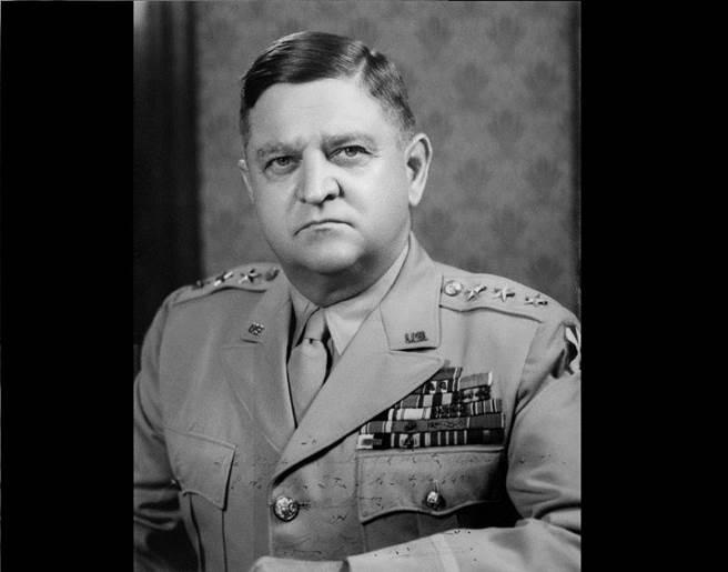 美陸軍第8集團軍司令華頓・沃克將軍,當時由他負責執行日本7名甲級戰犯的死刑,不料2年後同一天卻死於車禍,日本人認為這是戰犯陰靈作祟所致。(圖/維基公開檔案照)
