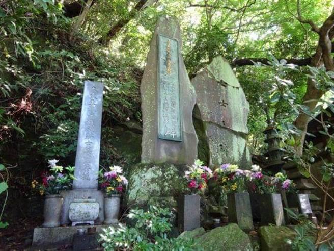 興亞觀音寺內立著日本二戰期間處死的戰犯紀念石碑,最右邊那面刻著「七士之碑」,指的就是包括東條英機在內的7名甲級戰犯,是由日本前首相吉田茂書寫碑文。( 圖/網路)