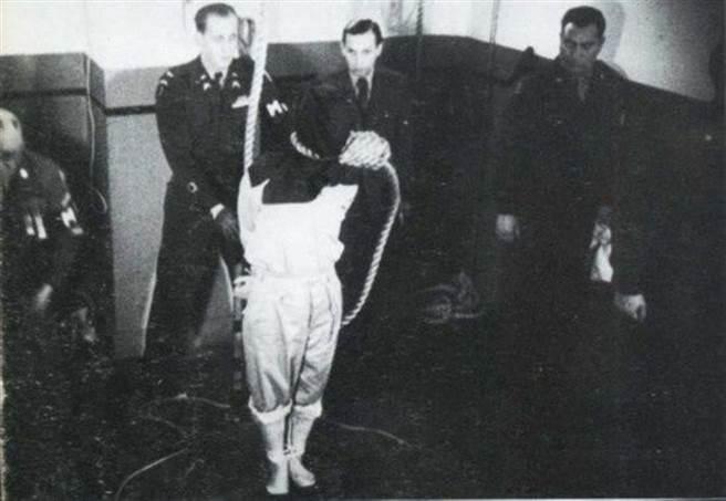 二戰甲級戰犯東條英機在日本戰敗後企圖自殺未成,最後被軍事法庭判處絞刑(圖),並於死後與另6名甲級戰犯於久保山火葬場火化,骨灰拋灑於太平洋上。(圖/檔案照)