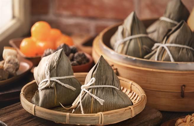 很多人會在端午節互送肉粽,但古代相傳整串肉粽有「繩子」,容易形成繩煞,建議以散裝較好。(圖/Shutterstock)