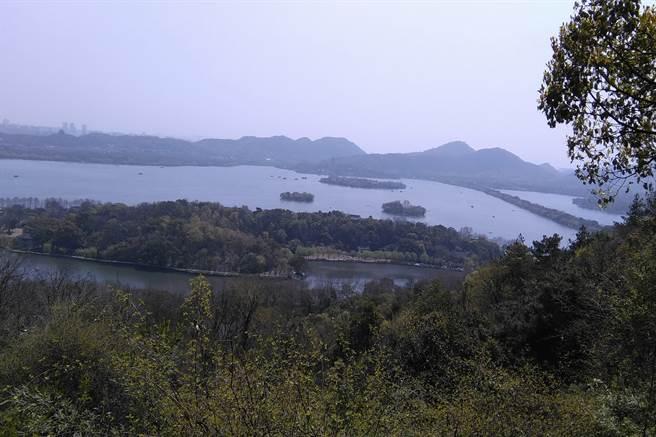 從寶石山看西湖。(作者提供)