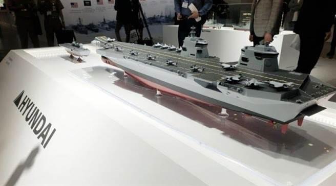 由韓國現代重工集團設計設計代號為CVX的型號上,則以搭載F-35B隱形戰機為主,配合類似英國女王級的雙艦島與滑躍甲板。(圖/推特@koreanforeigner)