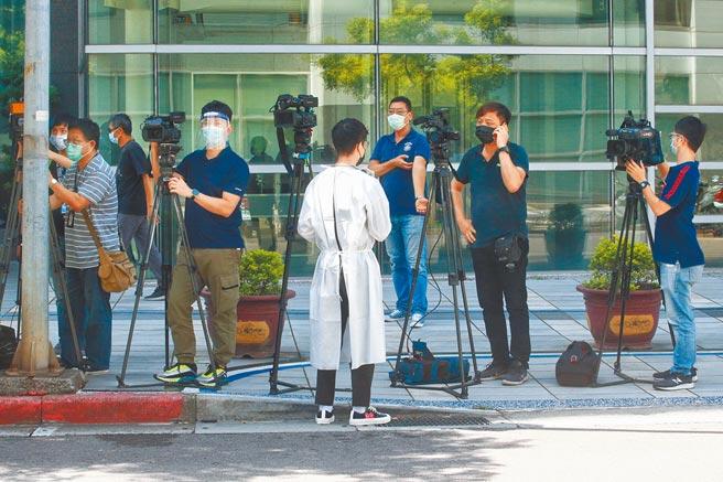 NCC爭取第一線廣電新聞從業人員納入高接觸風險者,列入優先施打疫苗對象。圖為第一線採訪的媒體記者。(陳信翰攝)