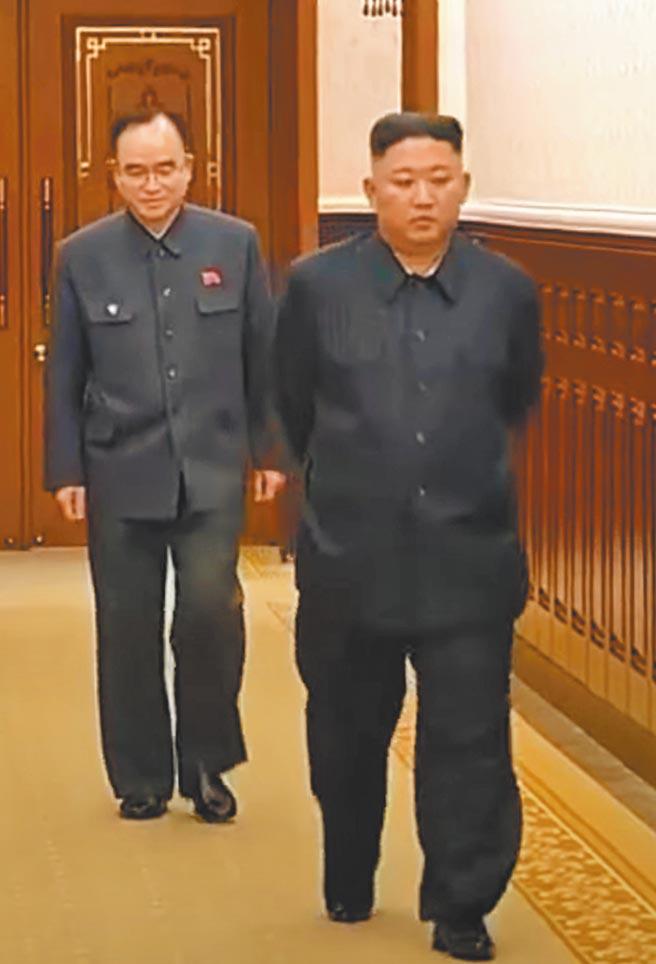 今金正恩4日主持朝鮮勞動黨政治局會議,身形明顯苗條許多。(摘自朝鮮中央電視台)