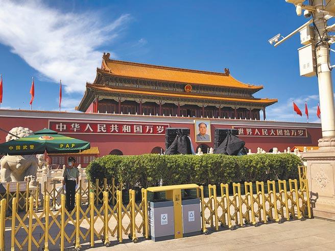中共建黨百年活動將在天安門廣場,活動將至,天安門周邊陸續架設燈光音響等設備。(許依晨攝)