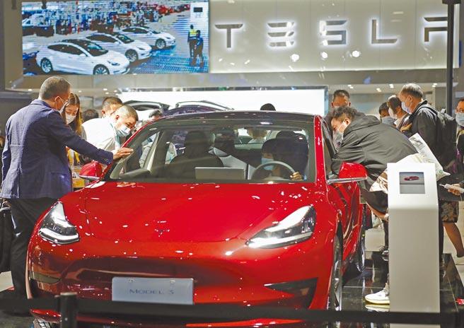 美國特斯拉汽車在經歷前陣子的維權風波後,近日重奪大陸新能源車銷量榜首。(中新社)