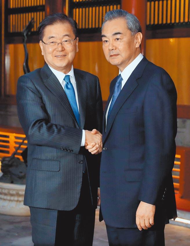 中國國務委員兼外交部長王毅(右)9日與韓國外交部長鄭義溶(左)通電話,直言中韓應堅持正確立場,不被帶偏節奏。圖為雙方先前在北京會面。(中新社)