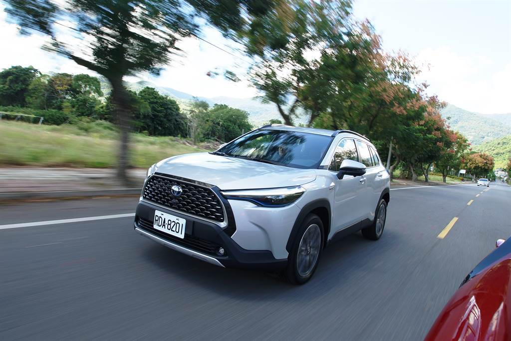 Toyota Corolla Cross上市後即霸榜成為國產車銷售冠軍,如今傳出車頂架有漏水疑慮,總代理和泰汽車發出召修通知。