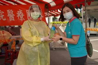 前鎮科技產業園區移工快篩站 醫護人員獲贈防疫物資