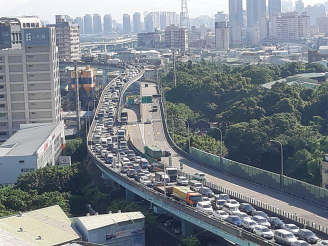 台65線銜接國3土城交流道,因匝道管制嚴重回堵。(讀者授權提供)