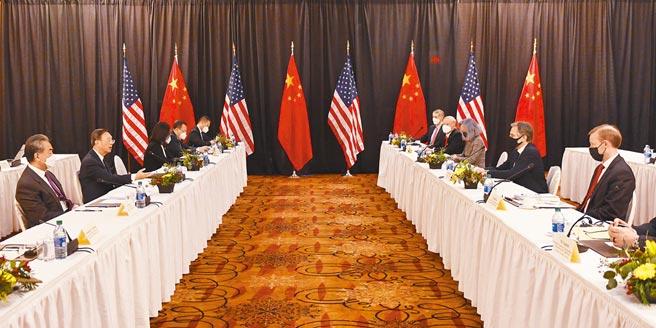 中共中央外事工作委員會辦公室主任楊潔篪與美國國務卿布林肯等人,3月18日在阿拉斯加舉行2+2高層對話。(中新社)
