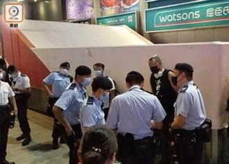 反修例2周年 港警旺角拘3青少年 29男女違限聚令吃罰單