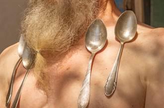 聲稱打完疫苗變「萬磁王」 印度老翁全身吸滿金屬物