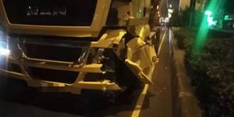 驚恐影片曝光 砂石車闖追撞停等紅燈汽機車 騎士重創命危