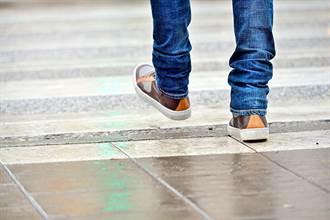 過馬路慘遭棕色旋風掃過腿 男重摔在地超茫然:誰幹的?