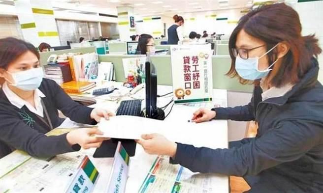 政府推出多項紓困措施,如去年推出的10萬元勞工低利貸款,今年可採線上申請。(資料照)