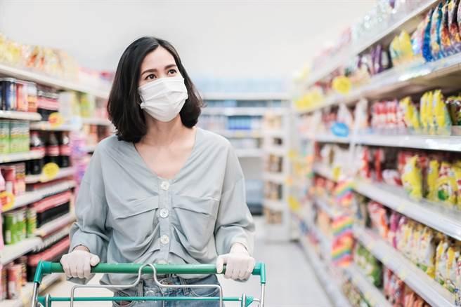 戴手套防疫更安全?英國醫拍影片:整天累積更多病菌