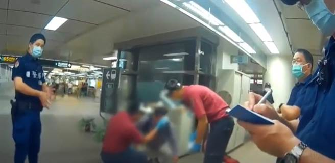 一名妙齡女子指控遭受性騷擾,因此在捷運站朝男子噴辣椒水,不料一旁無辜的站務員遭受波及。(圖/翻攝影片)