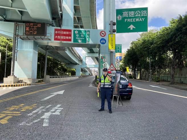 新北市警局加派警力提醒用路人國道實施嚴格儀控管制。(新北市交通警察大隊提供)
