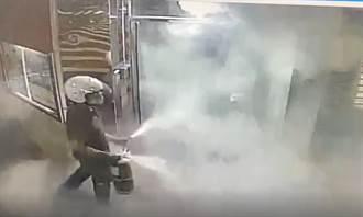 訪友未果感到無聊 男竟持滅火器破壞ATM 影片曝光