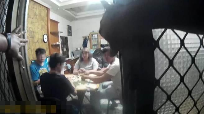 湖內警方日前獲報有人在室內群聚,到場查看,發現有民眾在屋內打麻將。(翻攝照片/林瑞益高雄傳真)