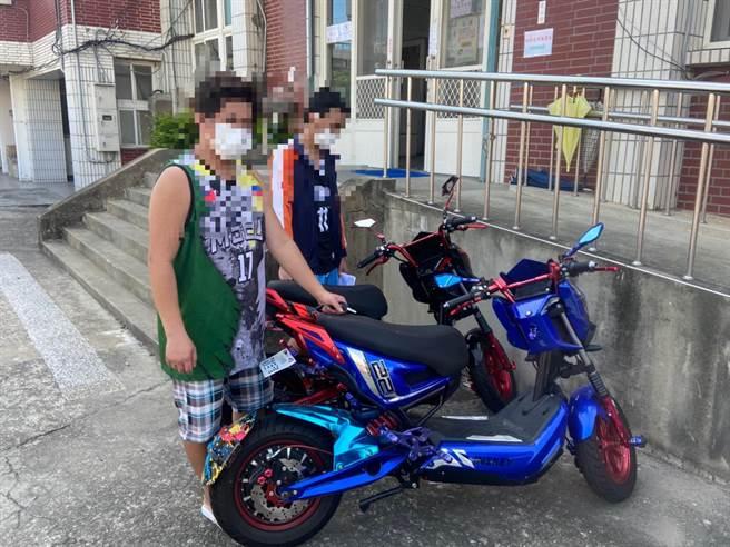 2名菲籍移工前往大同派出所領回失竊電動機車好不高興。(竹南警分局提供/謝明俊苗栗傳真)