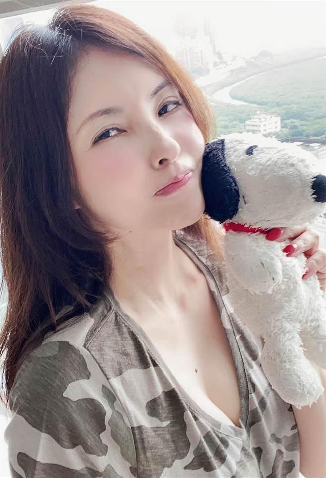 何如芸曬邪惡視角自拍照,她美穿深V上衣解放事業線。(圖/取材自何如芸 Michelle Ho臉書)