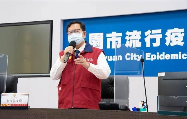 桃園市長鄭文燦呼籲接種民眾勿空腹,帶身分證、健保卡及接種通知單,至少1家人陪同,提前半小時到達。(市府提供/蔡依珍桃園傳真)