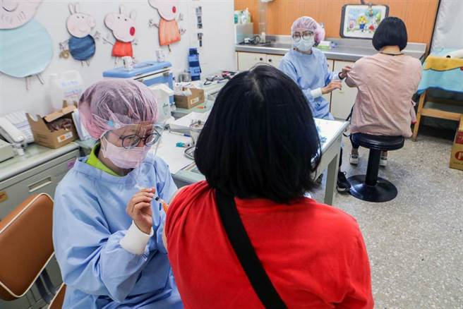 桃園市政府配合中央疫情指揮中心配賦之疫苗數量,在端午連假期間,在13區衛生所優先提供第一類醫事人員尚未施打公費疫苗者前往接種。(陳麒全攝)