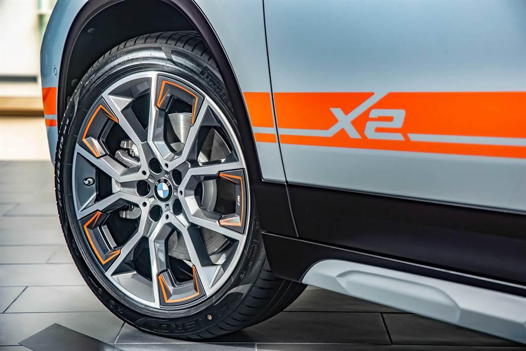 與車身彩繪相呼應的M Mesh Edition專屬19吋對比色M款輪圈帶來搶眼、獨特的酷帥風格。