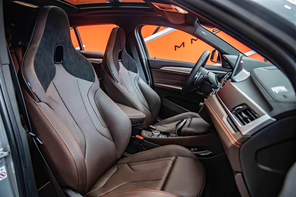 Dakota真皮/Alcantara麂皮M雙前座跑車座椅提供駕駛極佳的包覆性與支撐性。