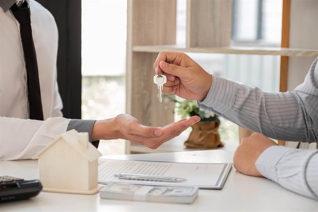 1名房東日前遭1名女子退租預定的租屋,理由竟是「男友認為房東長太帥,沒有安全感」,希望能退還訂金2千元。(示意圖/Shutterstock提供)