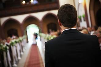 新郎燦笑迎紅毯新娘 下秒變臉低頭滑手機 真相曝光網笑翻