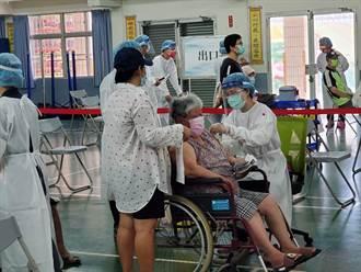 85歲以上長者優先施打疫苗 雲林縣輪椅族老人踴躍接種