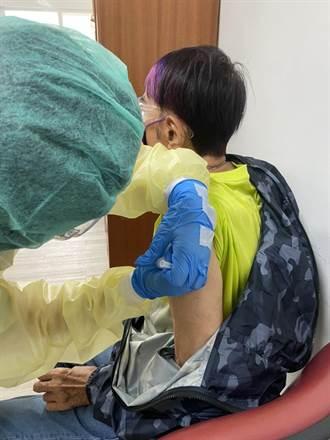 88歲林沖打完疫苗了 曝現場大排長龍等一個半小時