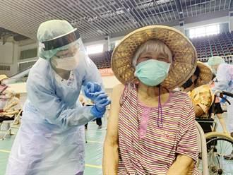 擔心疫苗副作用 96歲奶奶想放棄接種 他憂「這樣對嗎?」