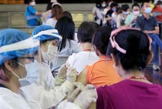 台中市85歲長輩打疫苗 國小老師來幫忙