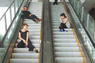 手扶梯的活雕塑 台表演者登法國