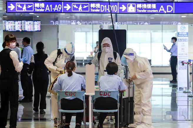 圖為桃園機場旅客著防護衣與護目鏡、口罩。(資料照)