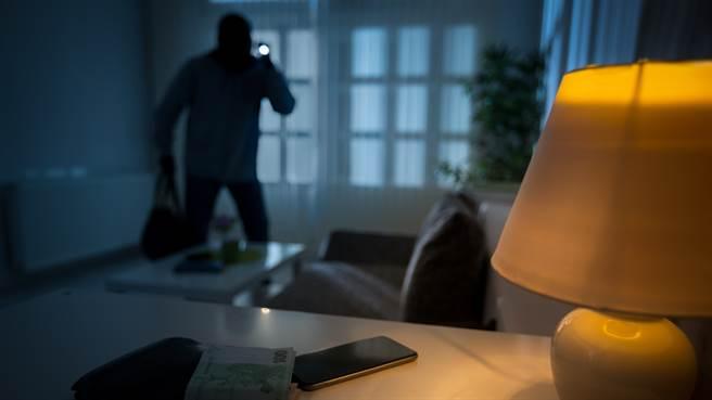 美國屋主日前發現家中有人闖入,起身查看竟與歹徒裸身相望。圖片為示意圖非本人(圖/shutterstock)