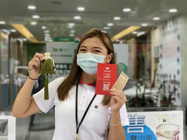 信義房屋準備13,500個與台北霞海城隍廟聯名的限量端午香包供所有民眾線上索取,以郵寄方式寄送到家。圖/信義提供